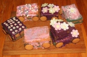 rosa Kuchen Waggons Lok